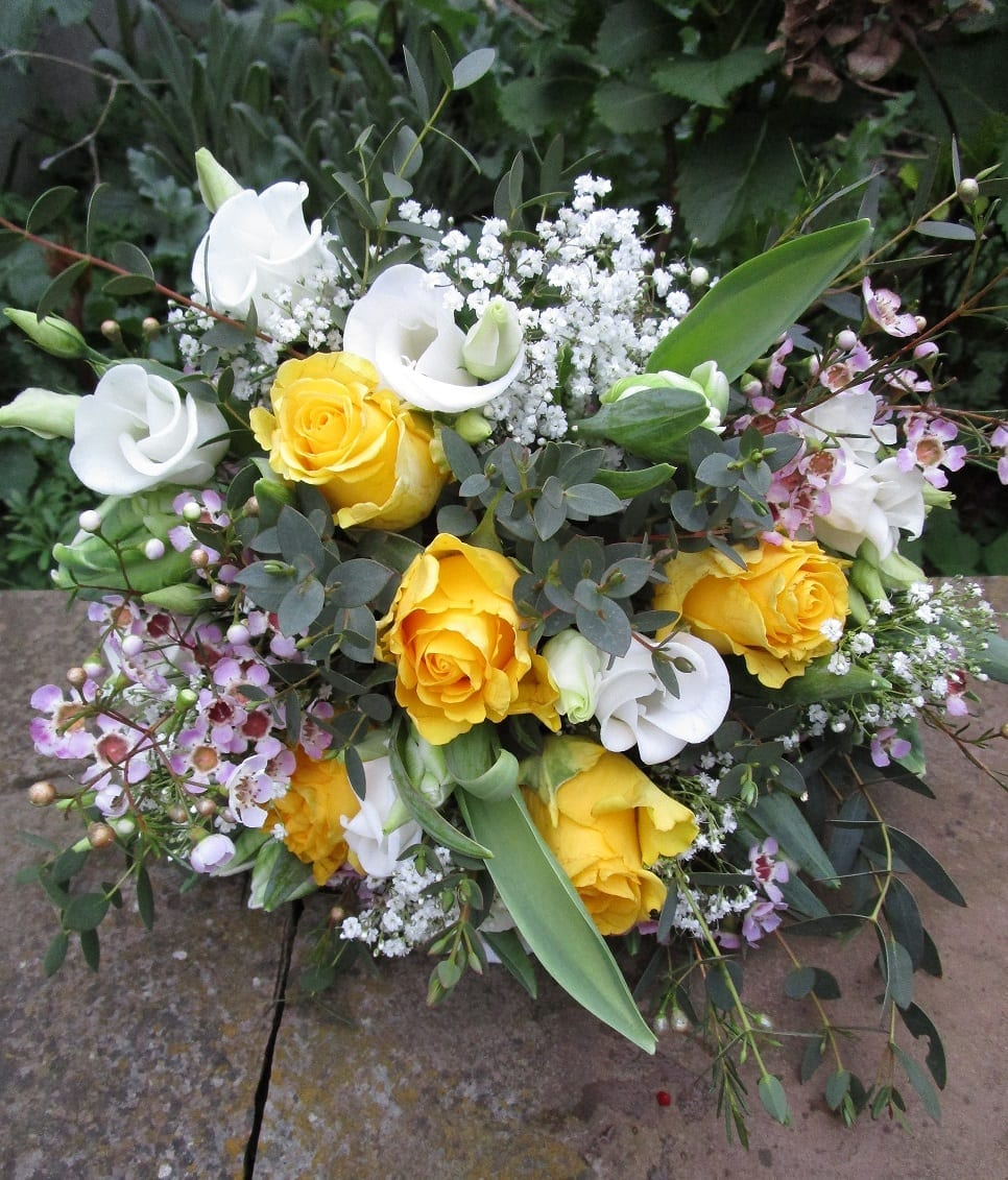 A bouquet of yellow and white flowers